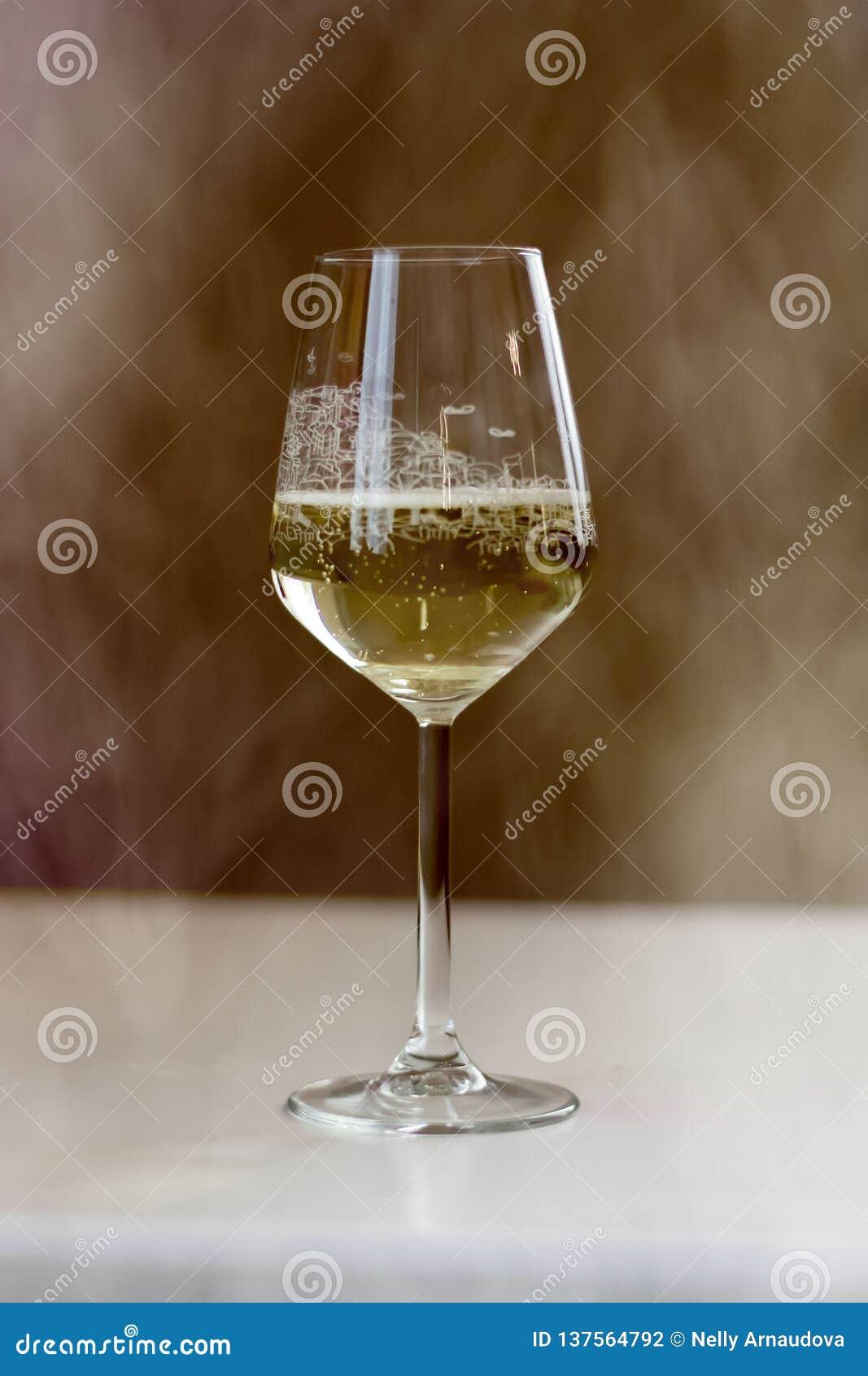Ett exponeringsglas av vin som det finns rök runt om