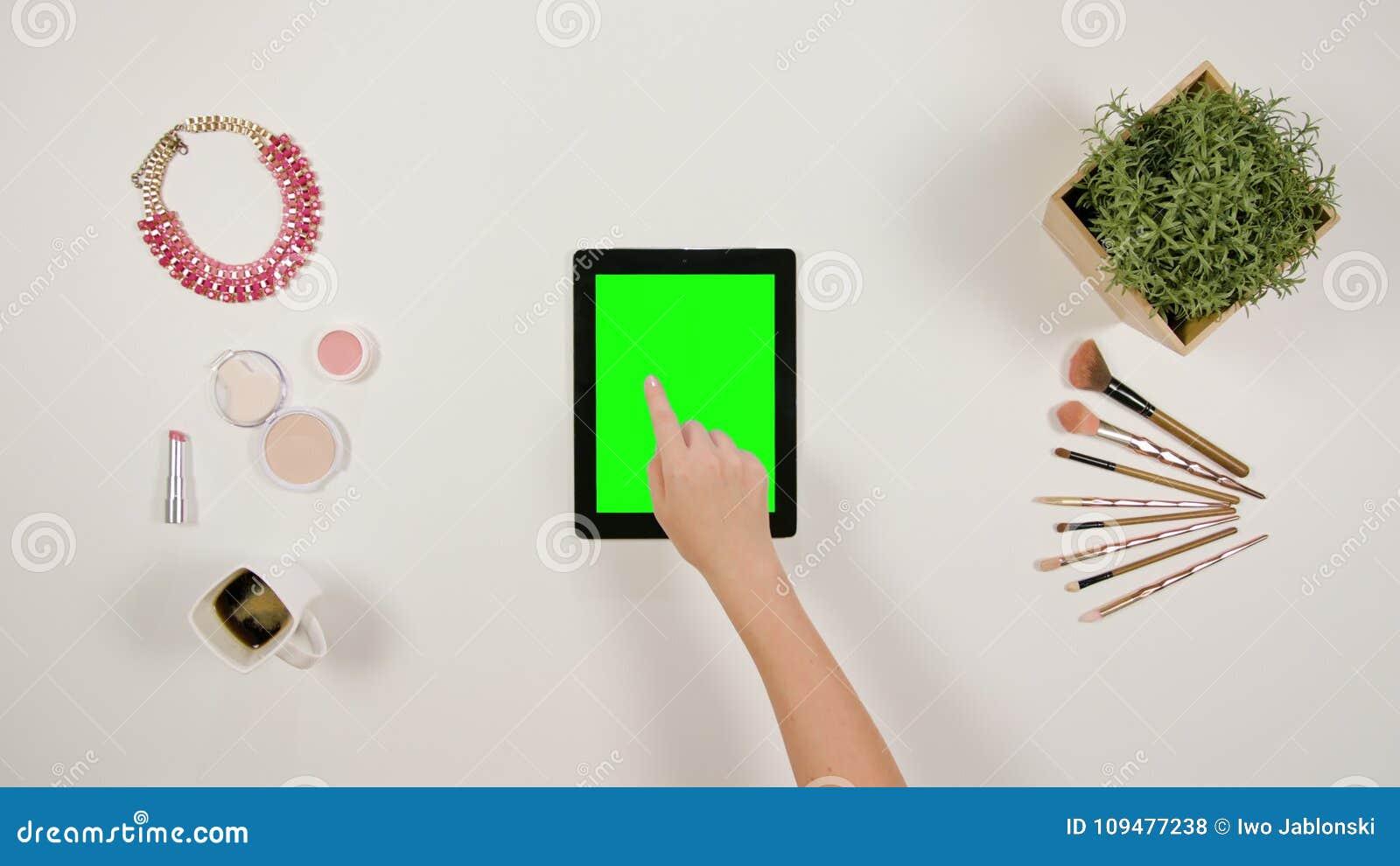 Ett finger för dam` som s trycker på en minnestavla