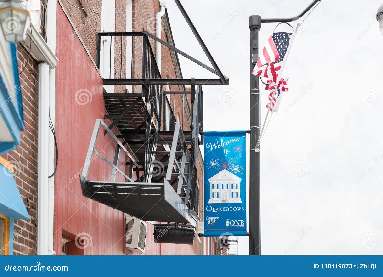 Ett foto av en huvudsaklig gata för typisk liten stad i Amerikas förenta stater