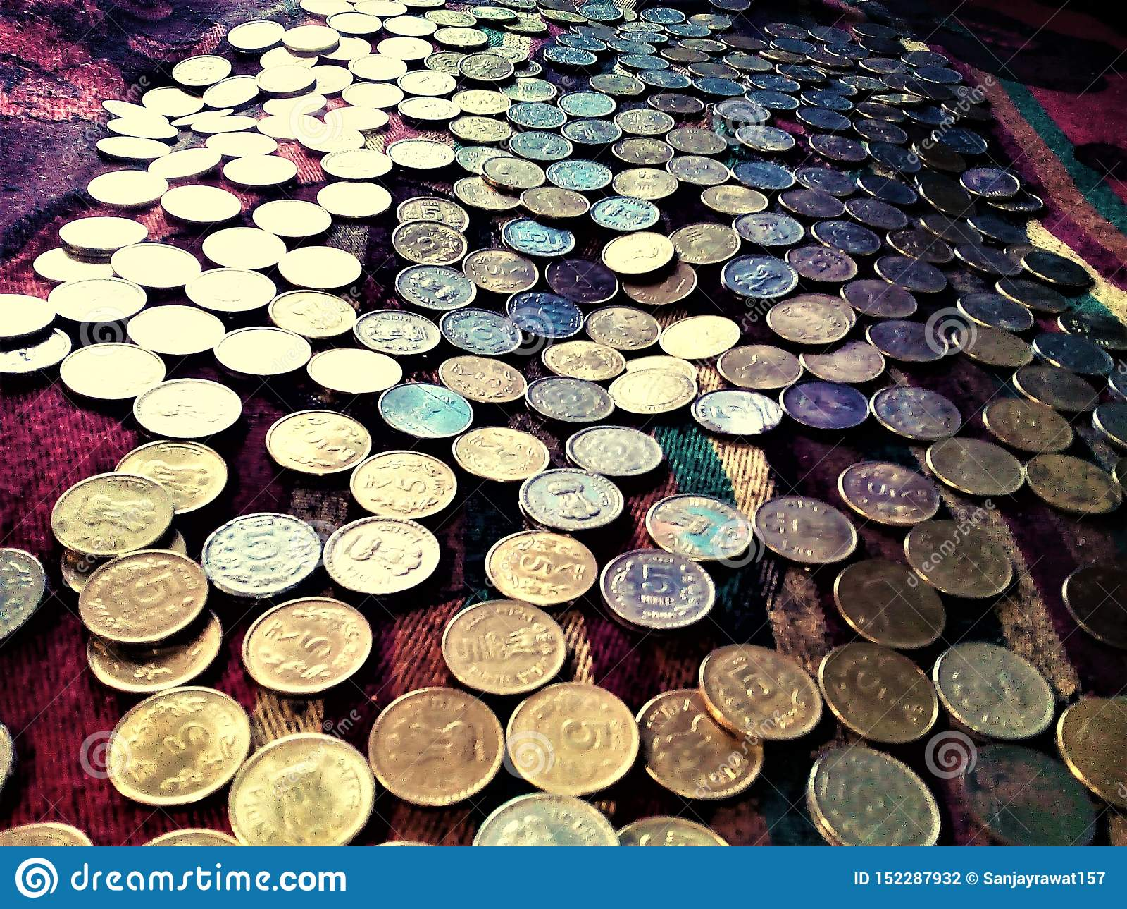 Ett foto av massor av mynt