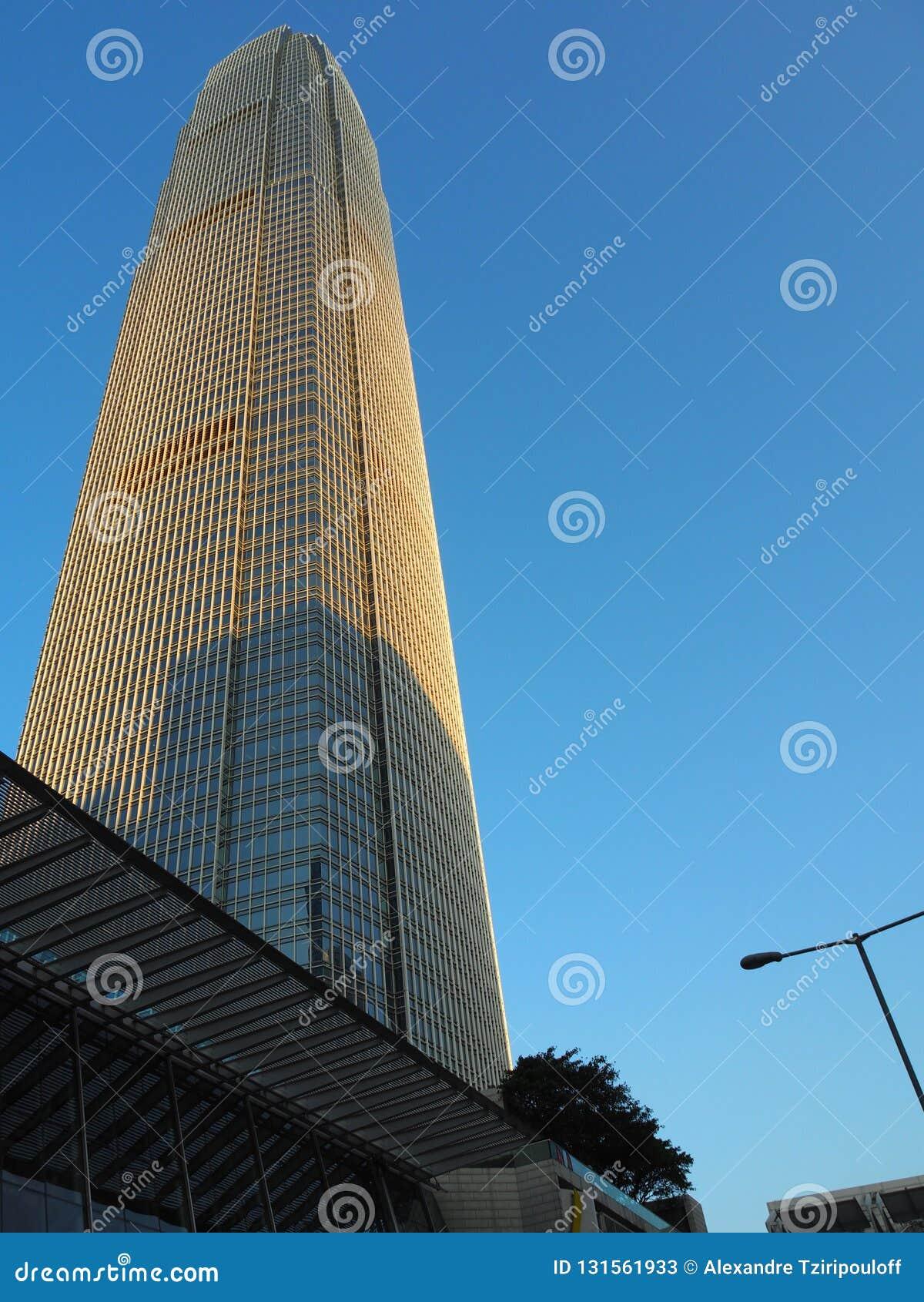 Ett foto av mitten för internationell finans för skyskrapa två, avslutade sig i 2003 och fortfarande en