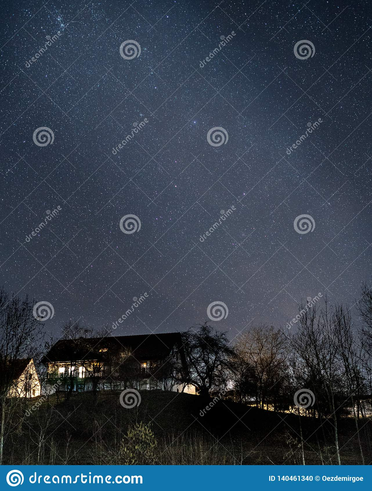 Ett fotografi av ett natthus med stjärnor i himlen i Tyskland