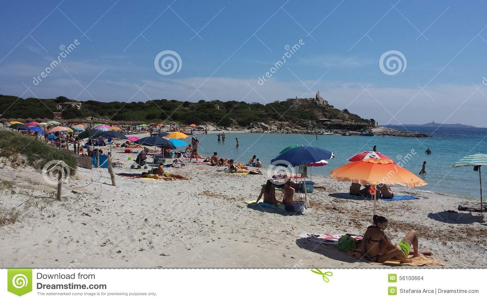 Ett fullsatt folk på stranden i sommartid