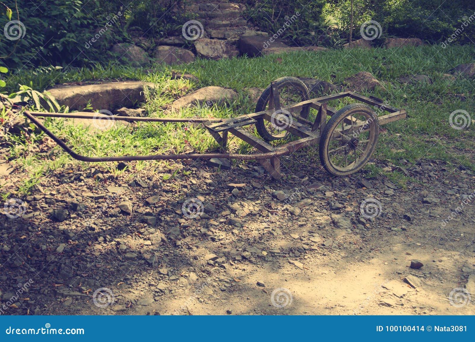 Ett gammalt brutet vagnsanseende på en bana askfat vietnam toning