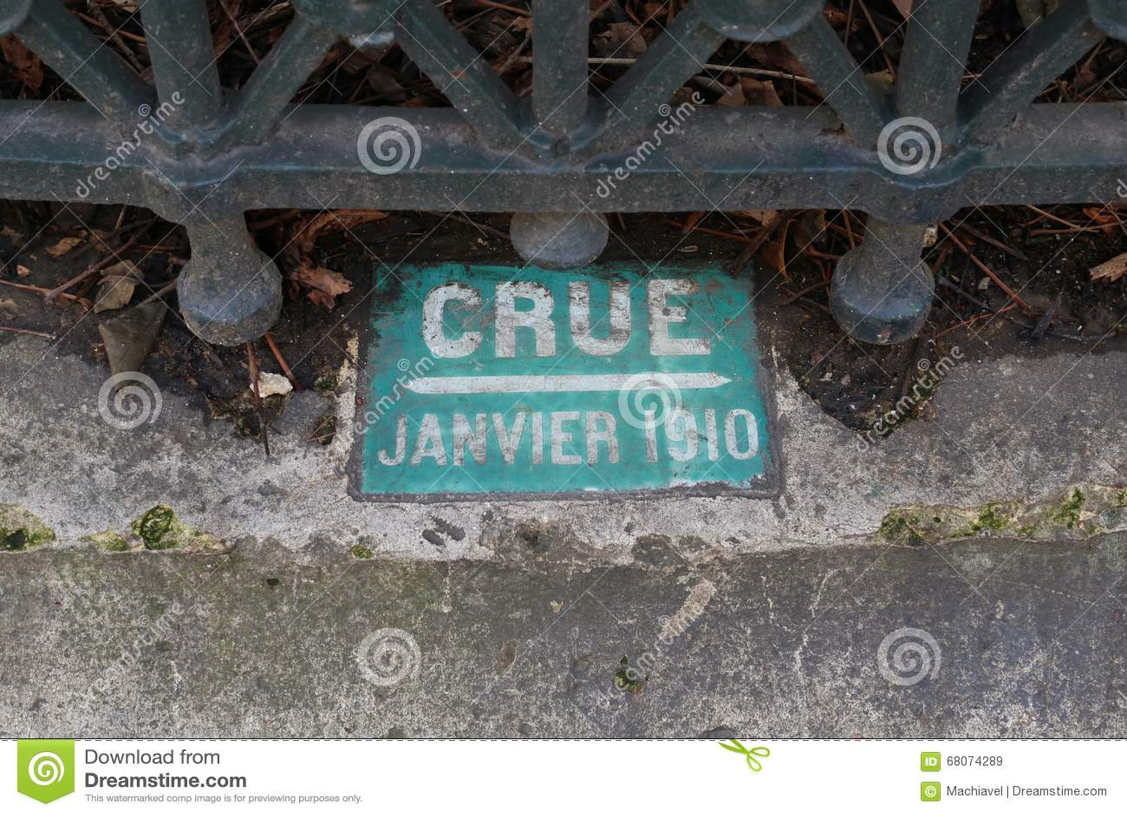 Ett gammalt tecken om den jätte- floden (crue i franskt) av Seinet River i Paris i boulevarden 1910 Haussmann
