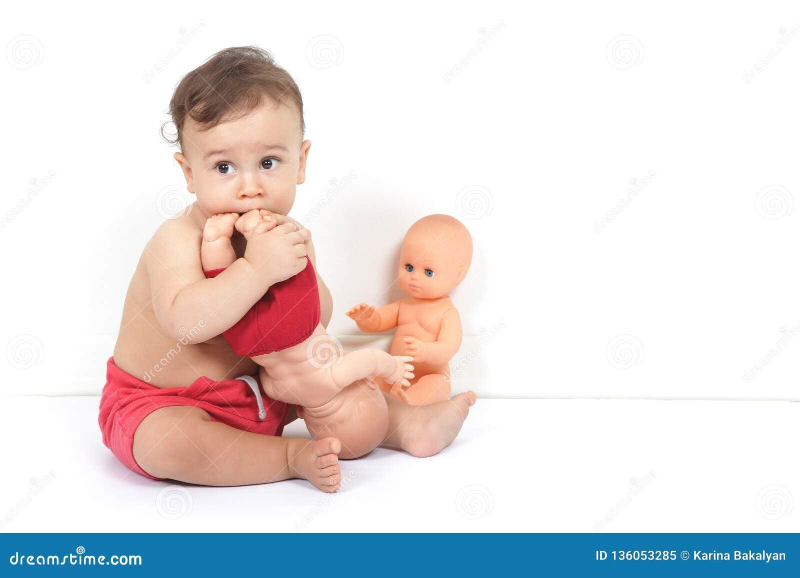 Ett gulligt behandla som ett barn pojkelekar med leksaker och smakar dem