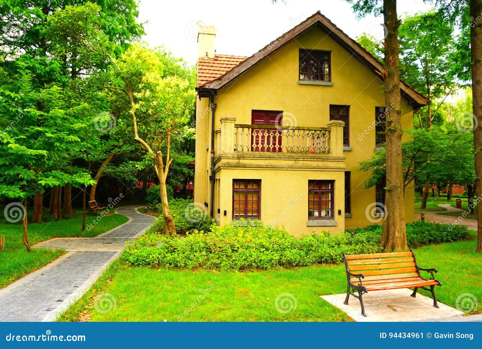 Ett gult europeiskt stilhus i träna