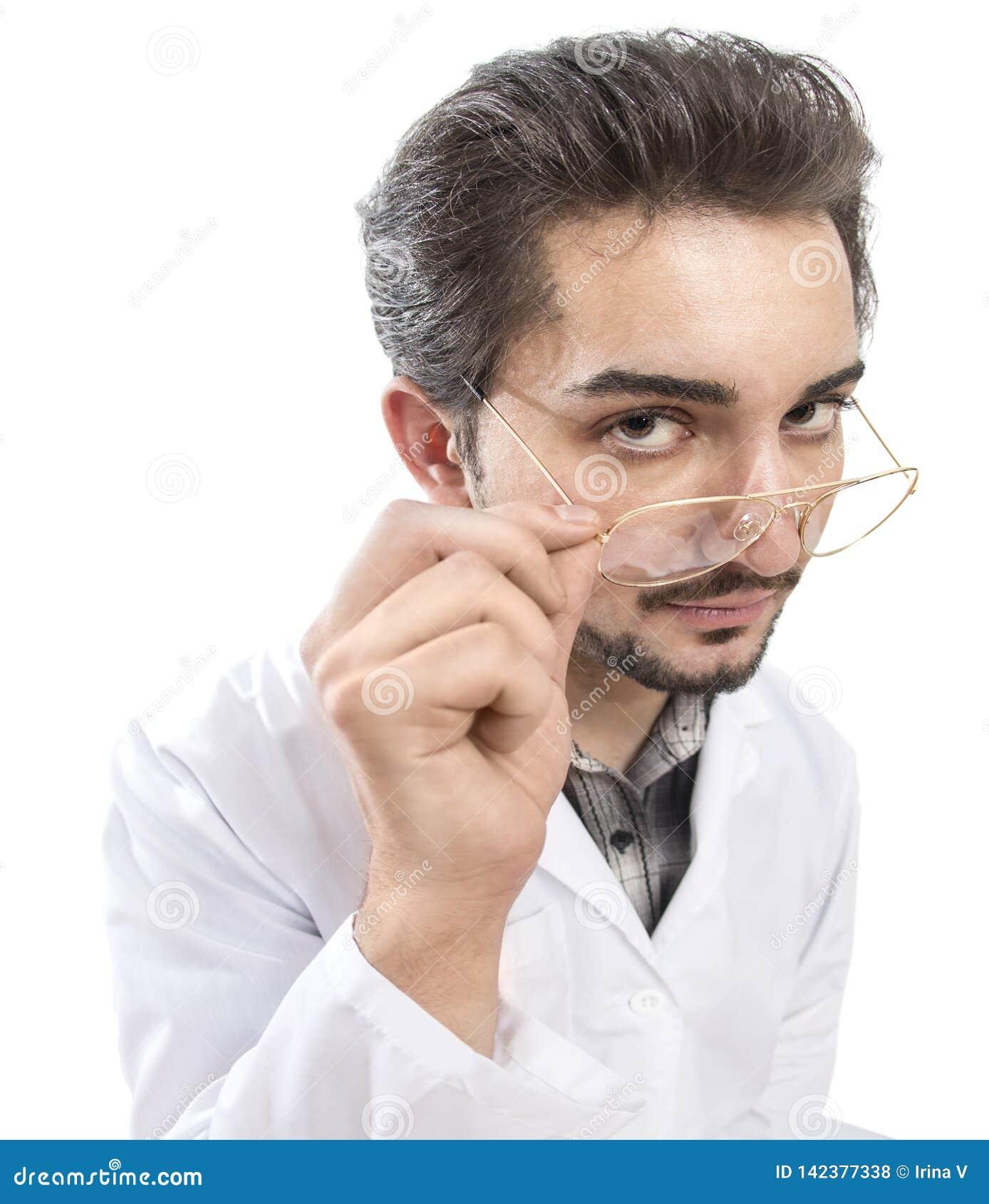 Ett gyckelskott av en säker person i ett labblag som ser till och med hans exponeringsglas med bekräftelse och sakkunskap