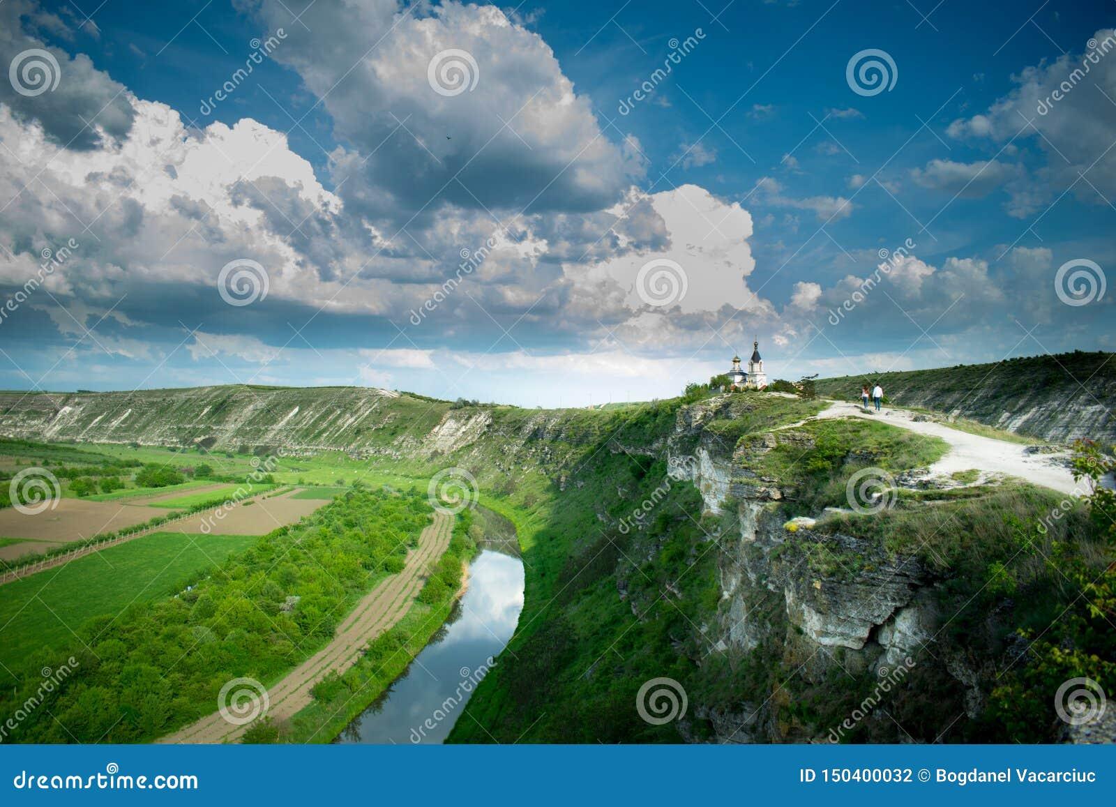 Ett härligt foto från en höjd En flod och en kyrka