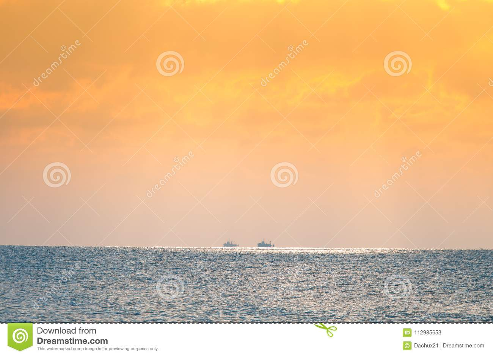Ett härligt landskap av ett hav i vinterafton Baltiskt hav på solnedgången