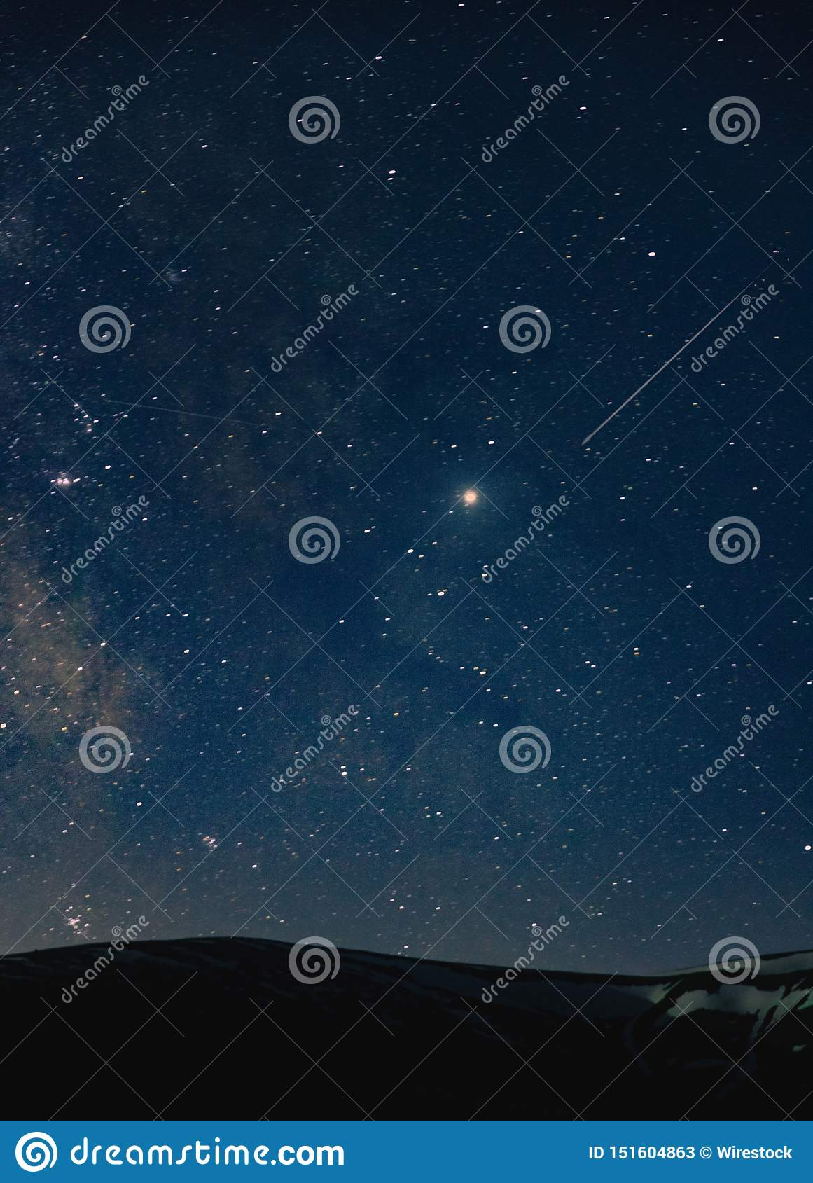Ett härligt skott av en fantastisk himmel som är full av hisnande stjärnor på natten över kullarna