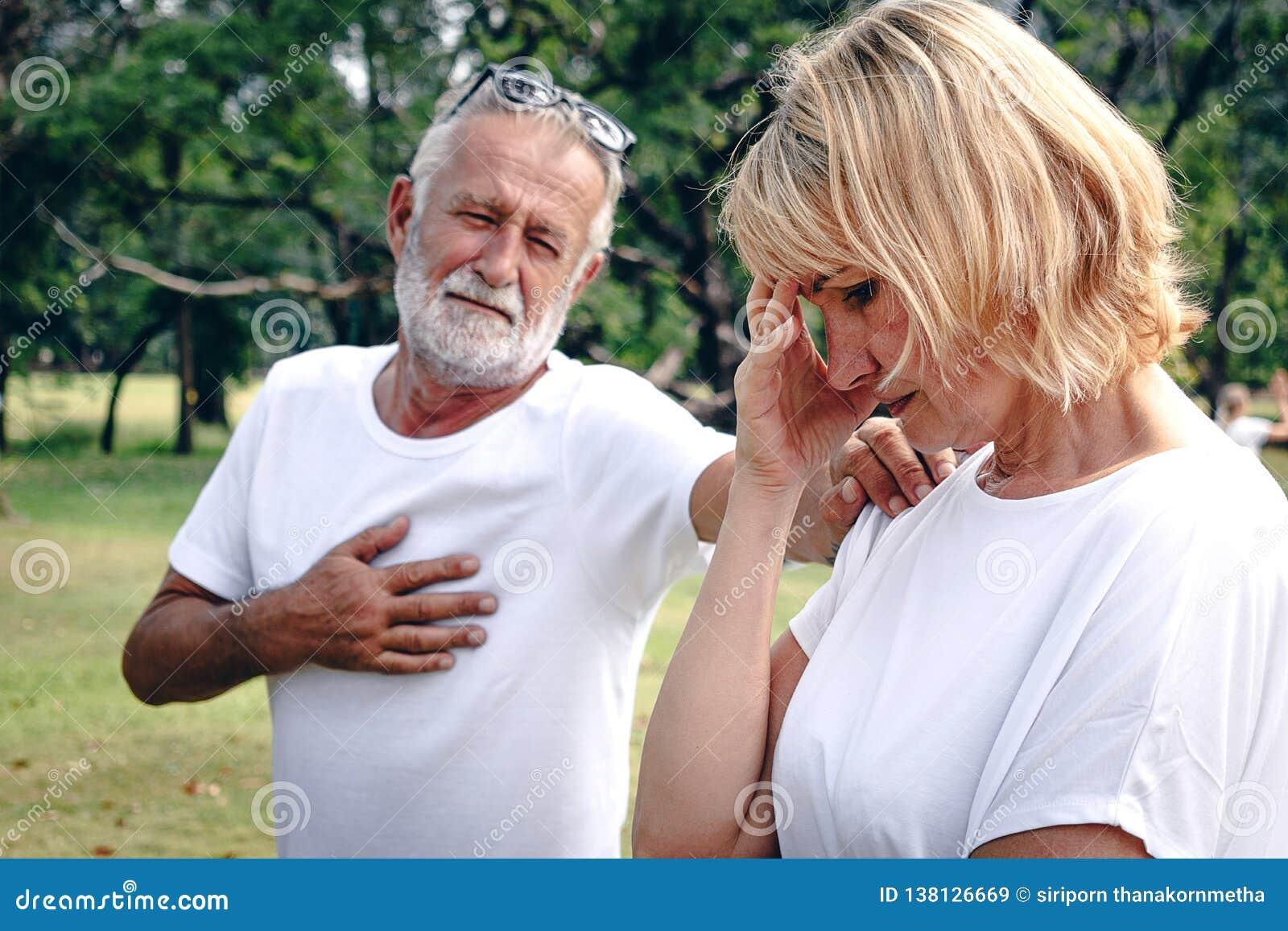 Ett högt äldre par som har argument med spänningsframsidan