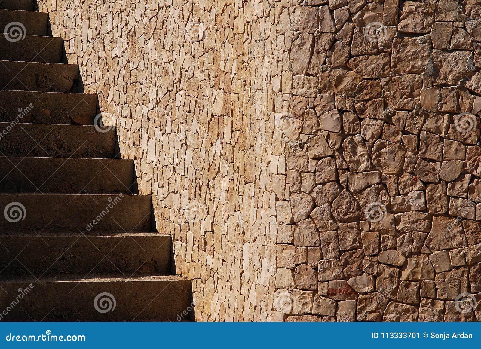 Ett hörn som är ordnat i form av stenkvarter och trappa