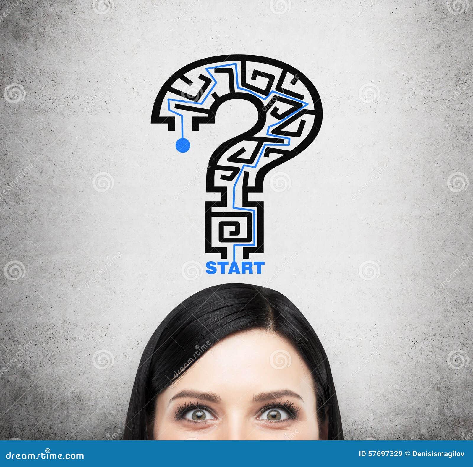Ett huvud av brunettdamen som tänker om problemlösning En frågefläck som en labyrint