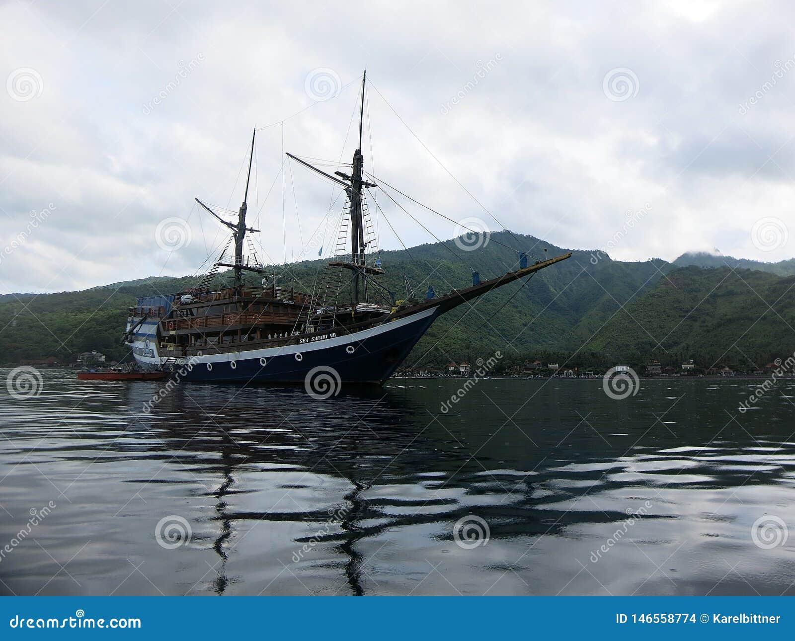 Ett klassiskt tr?indonesiskt fartyg f?r att dyka safari