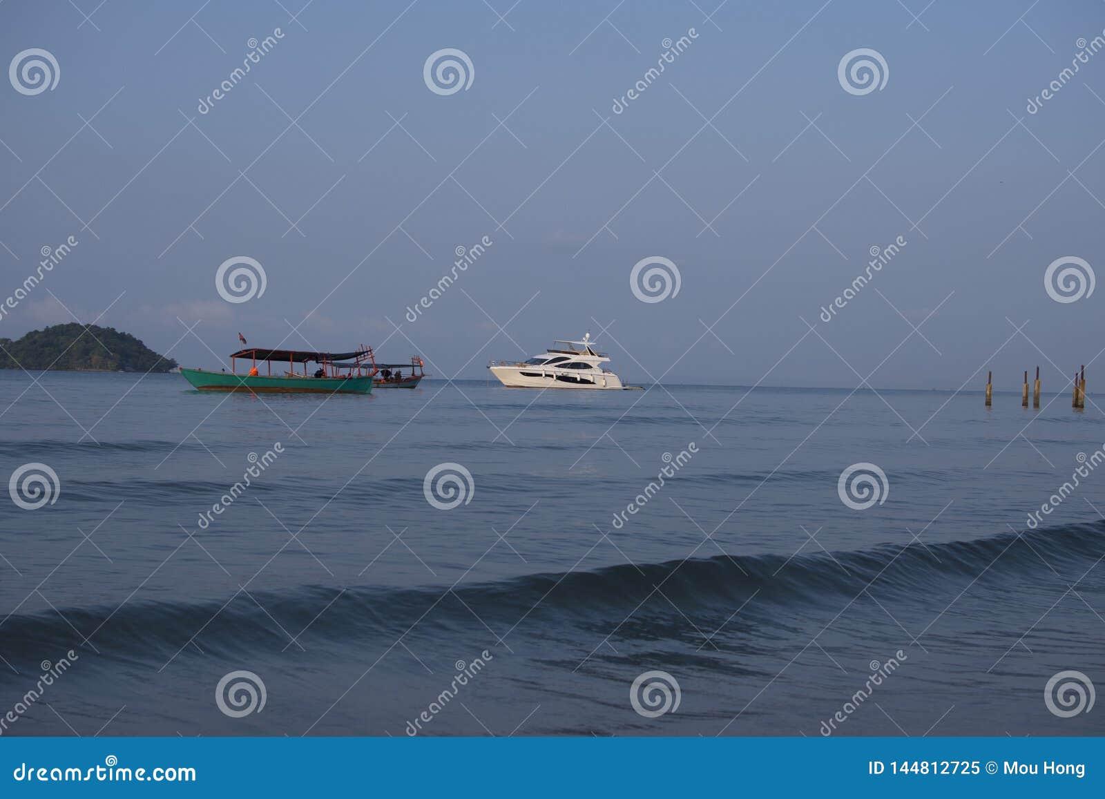 Ett kryssningskepp som parkeras på ett lugna hav