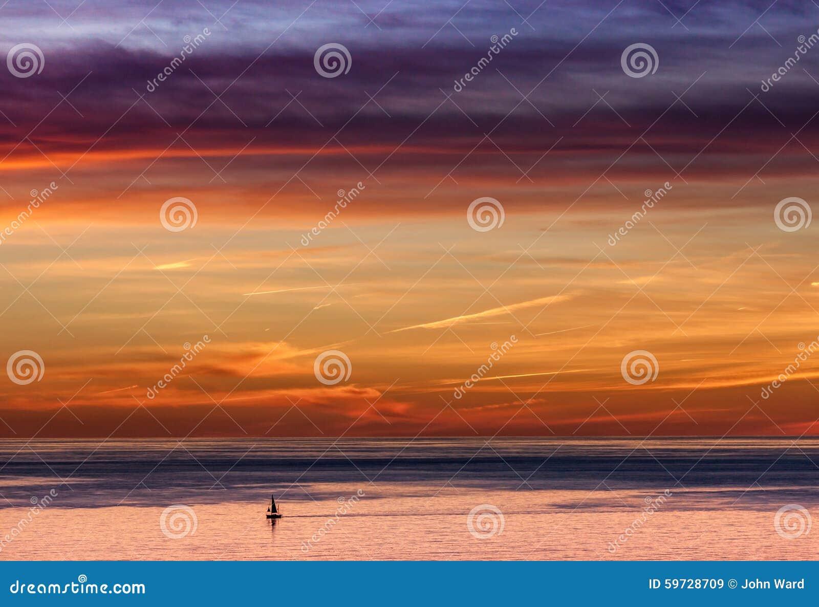 Ett lån Yatch på ett expansivt hav