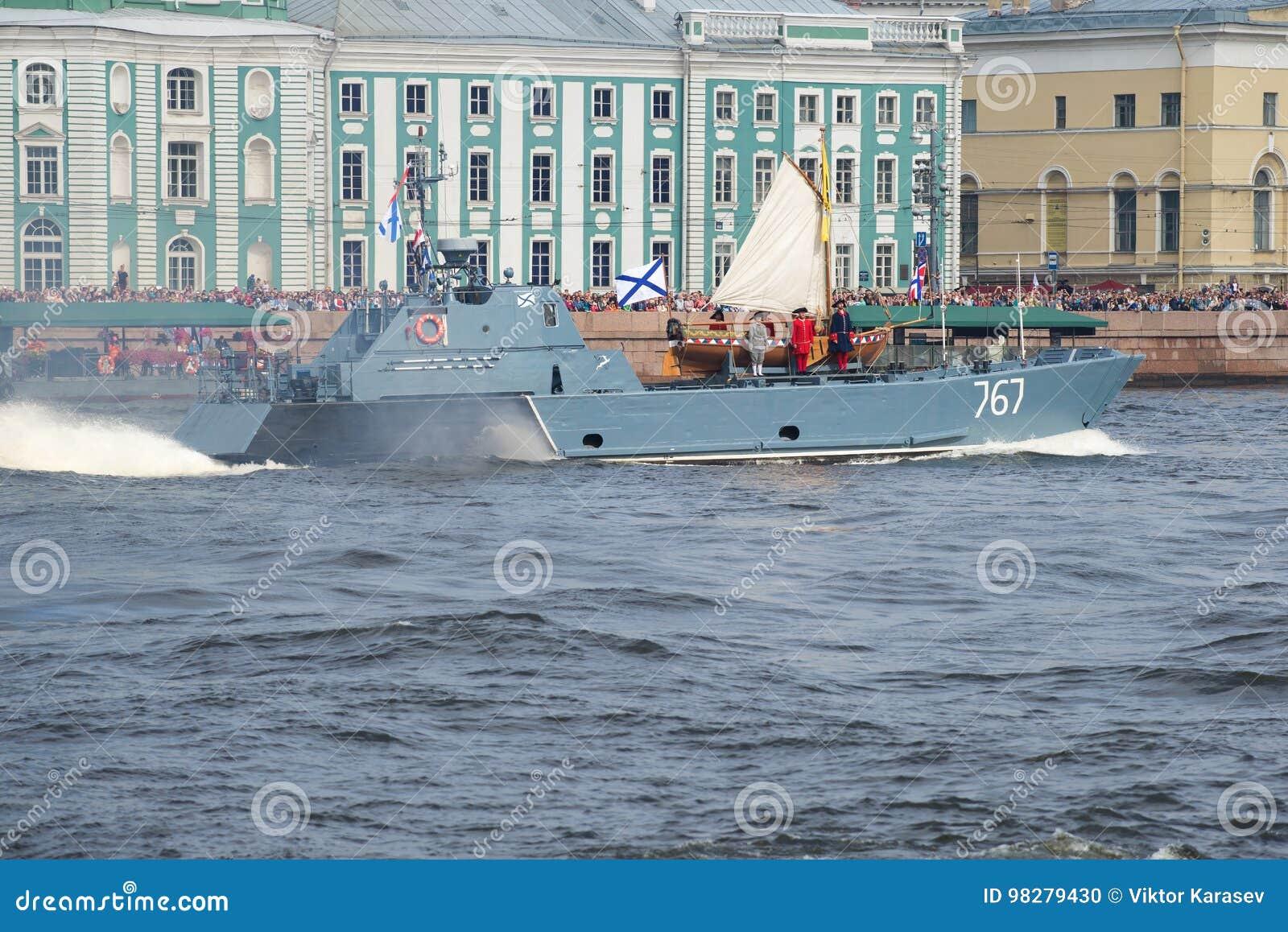 Ett litet amfibiskt fartyg D-67 det Serna projektet transporteras av fartyget av Peter det stort