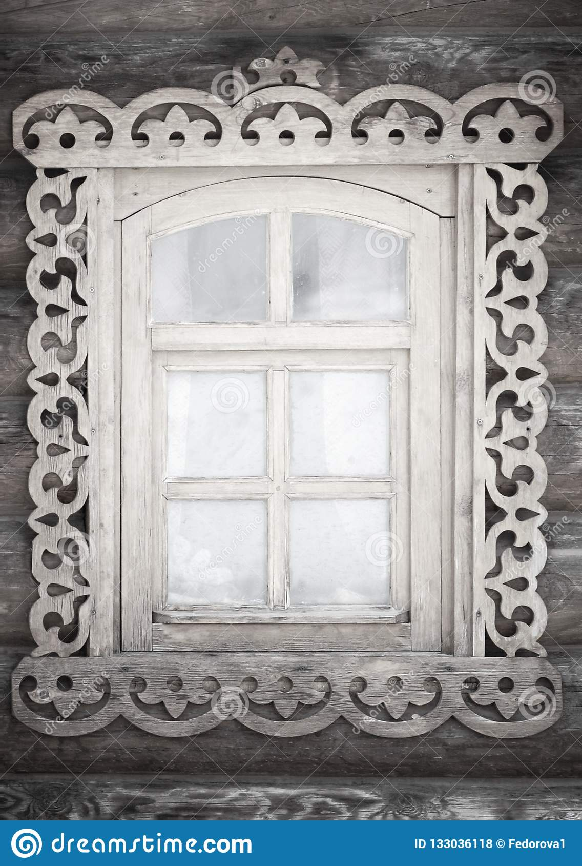 Ett litet antikt lantligt fönster