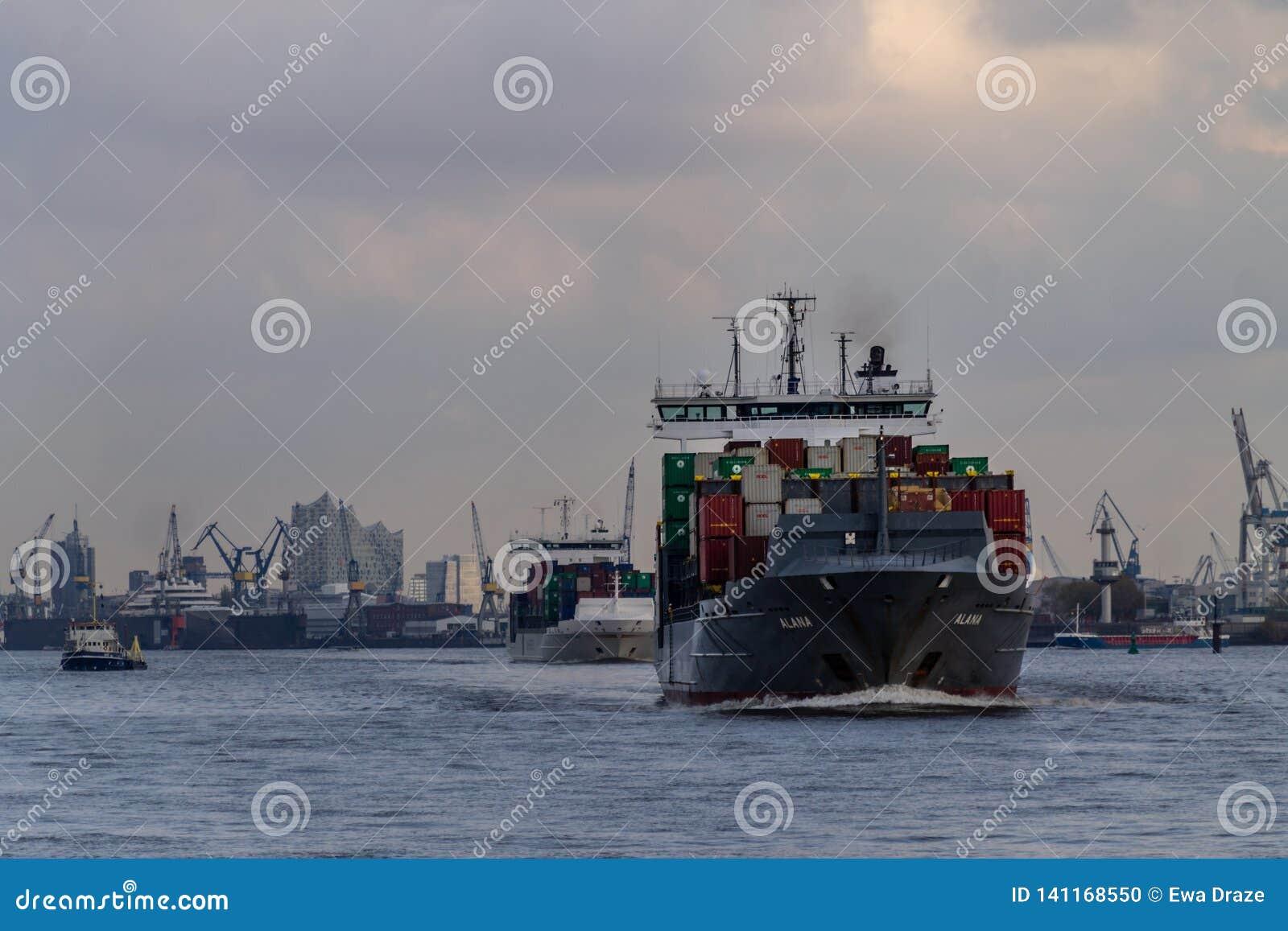 Ett litet behållareskepp som att närma sig den Hamburg hamnen
