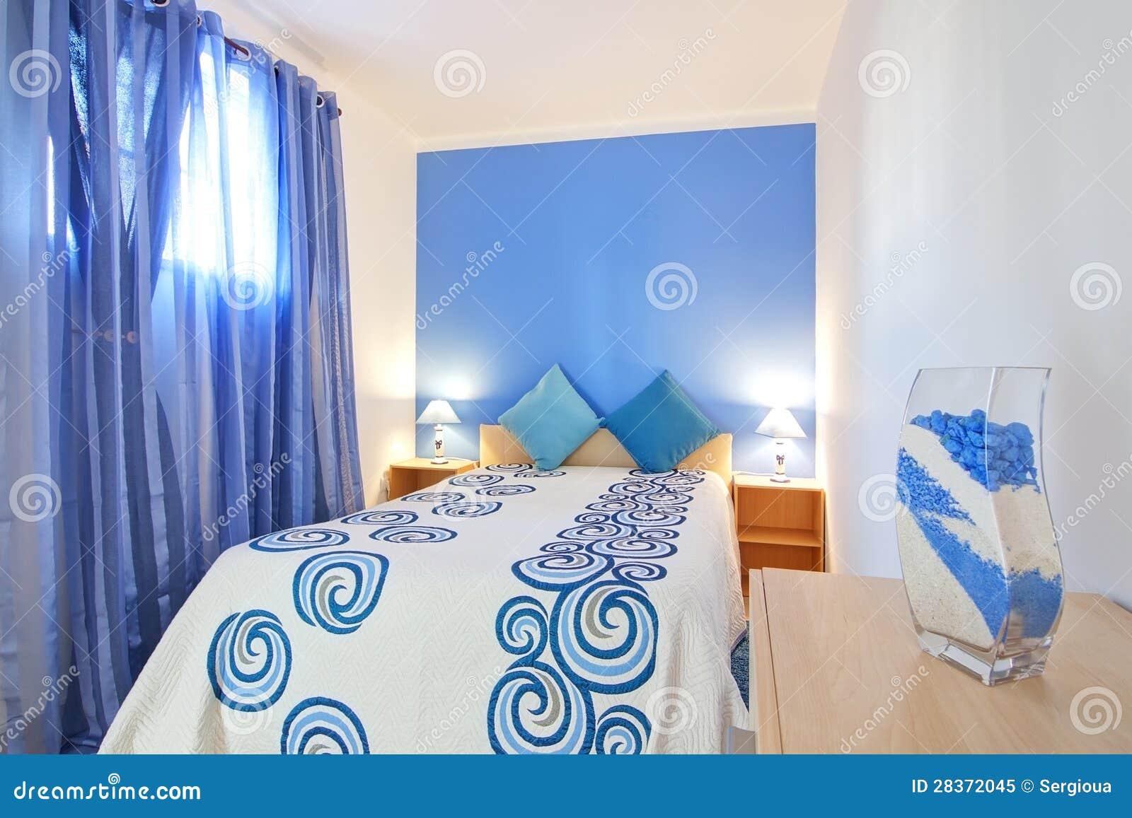 Ett litet sovrum i blått. royaltyfri foto   bild: 28372045