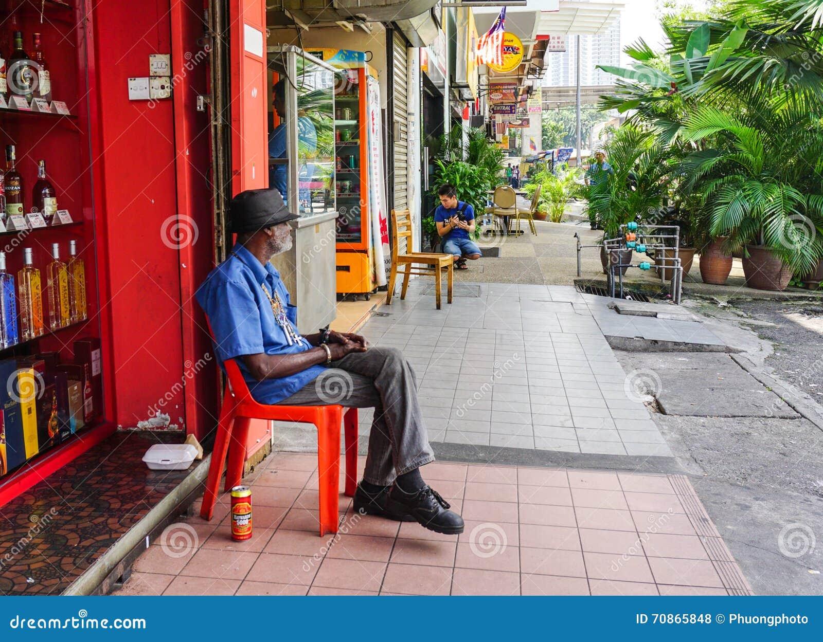 Ett mansammanträde på gatan i Cameron Highlands, Malaysia