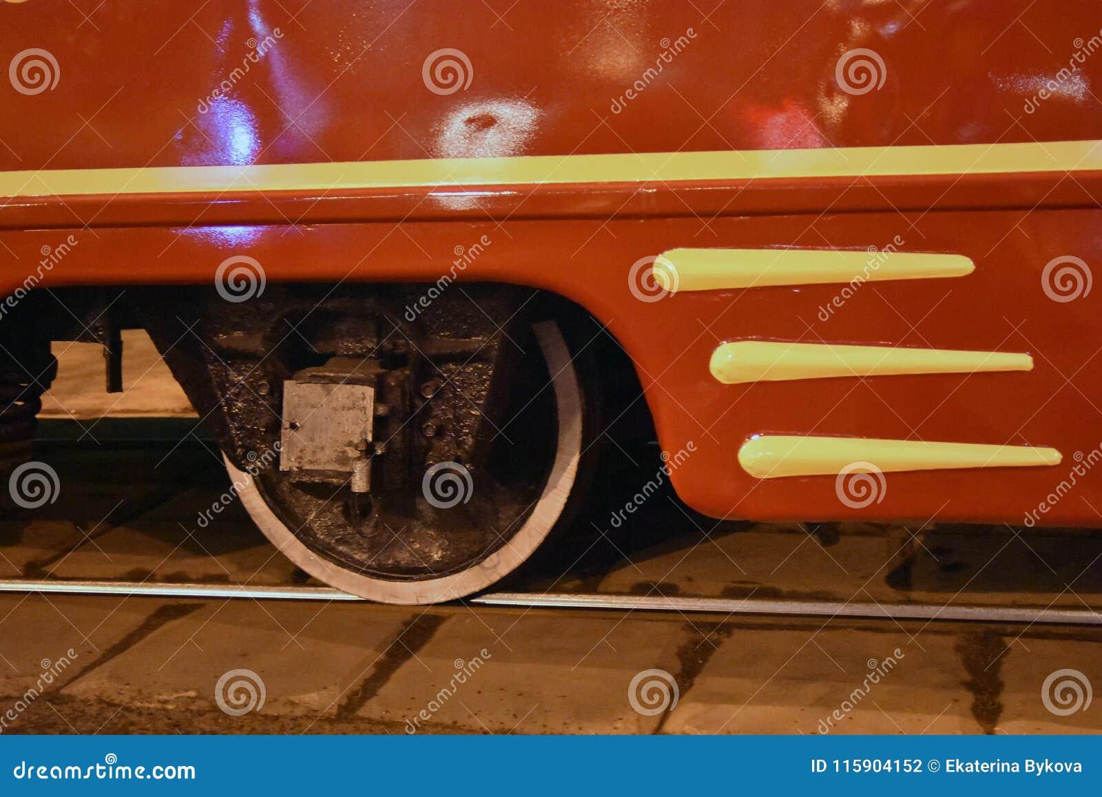 Ett metalliskt hjul på stången Röd spårvägdetalj