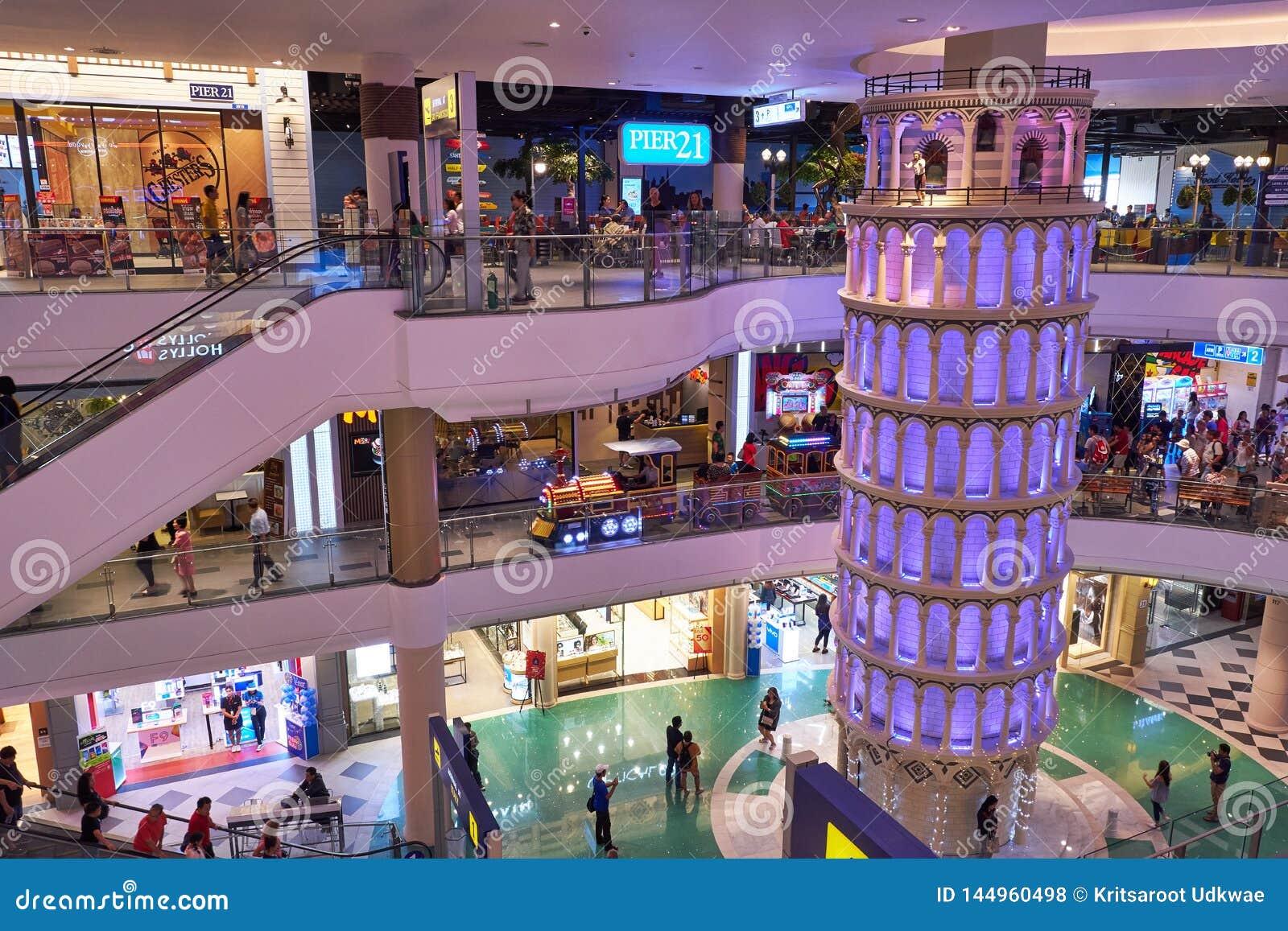 Ett mindre reproducerar av det Pisa tornet på terminalen 21 Pattaya