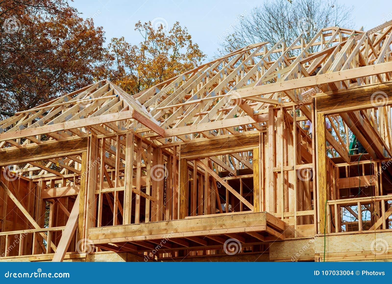 Ett pinne byggt hus under det nya byggandetaket för konstruktion med trä och strålramen