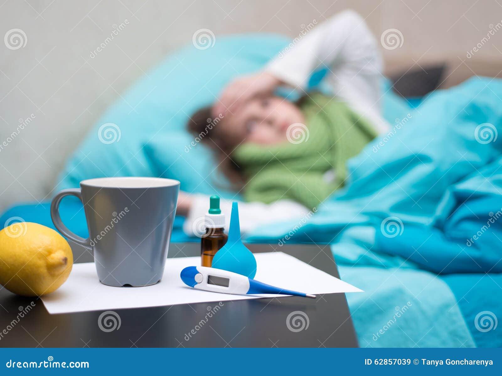 Ett sjukt behandla som ett barn att ligga i säng framme av hennes framsidadroger