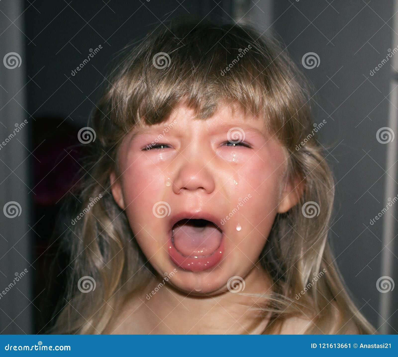 Ett småbarn gråter med revor och att dregla Hysteri för barn` s