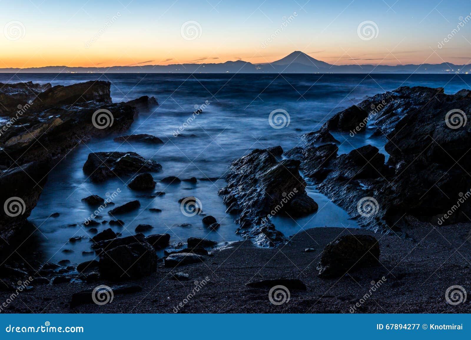 Ett solnedgångögonblick av Mt Fuji med den Miura kustlinjen