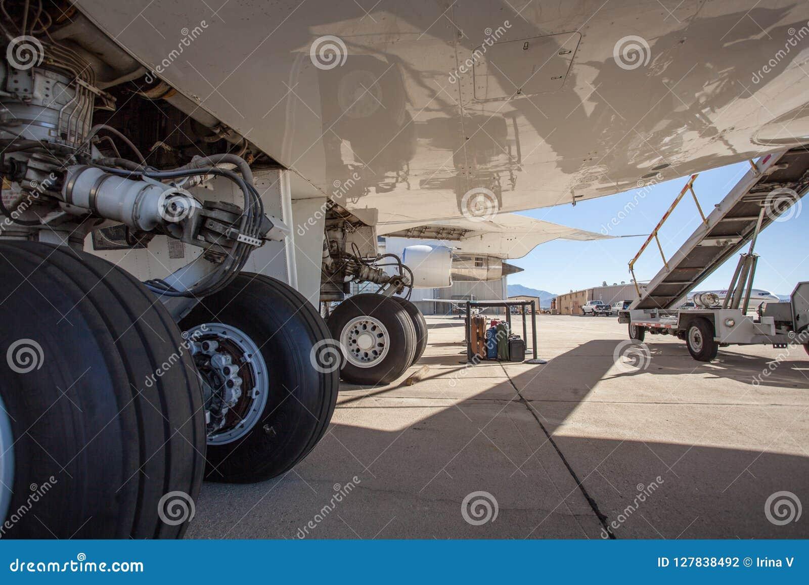 Ett stort borgerligt flygplananseende på en grov asfaltbeläggning på flygplatsen