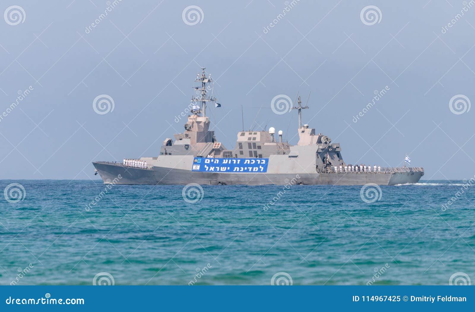 Ett stridskepp deltar i ett maritimt ståtar av kusten av Haifa i heder av den 70th årsdagen av självständigheten av
