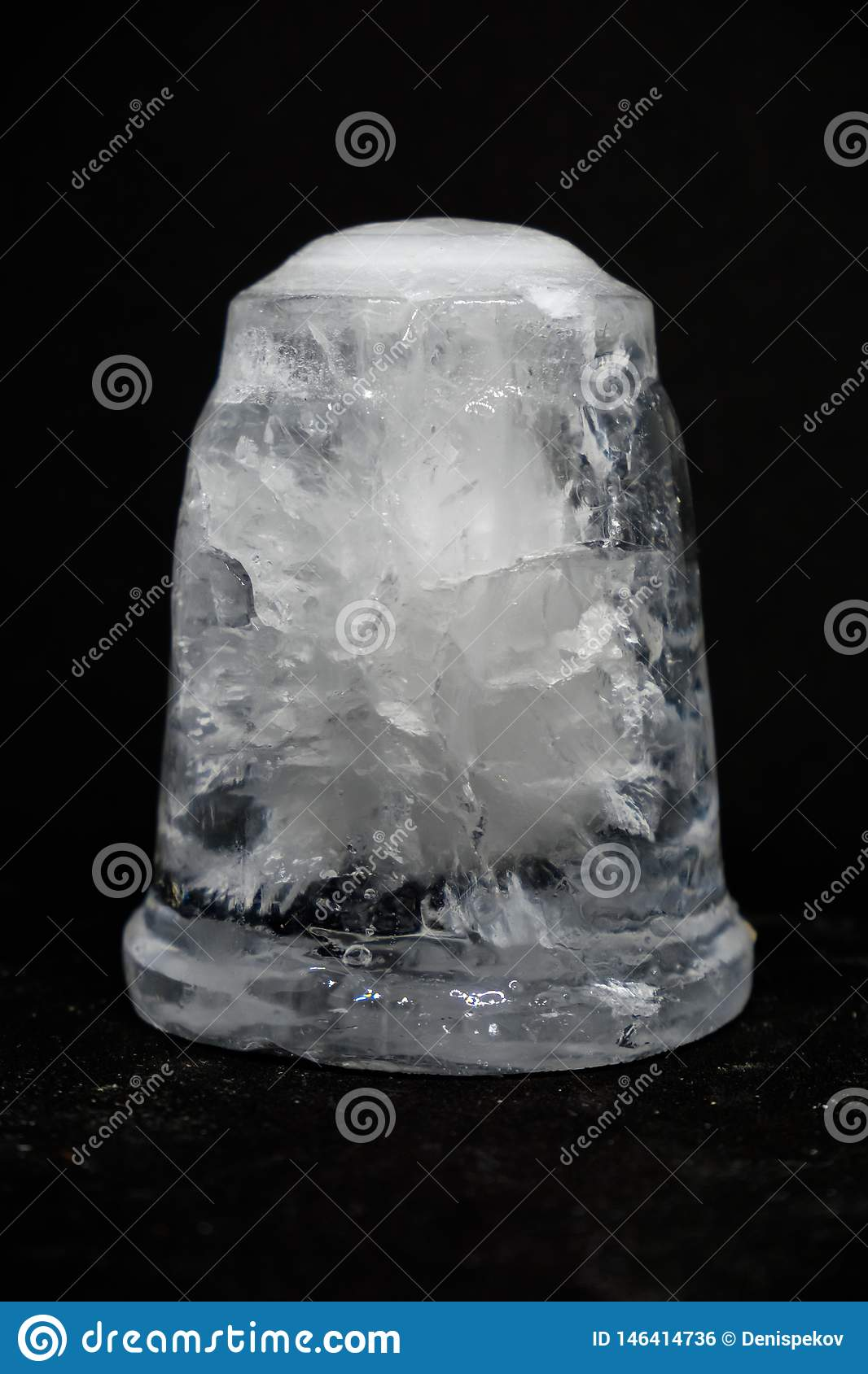 Ett stycke av is p? svart bakgrund