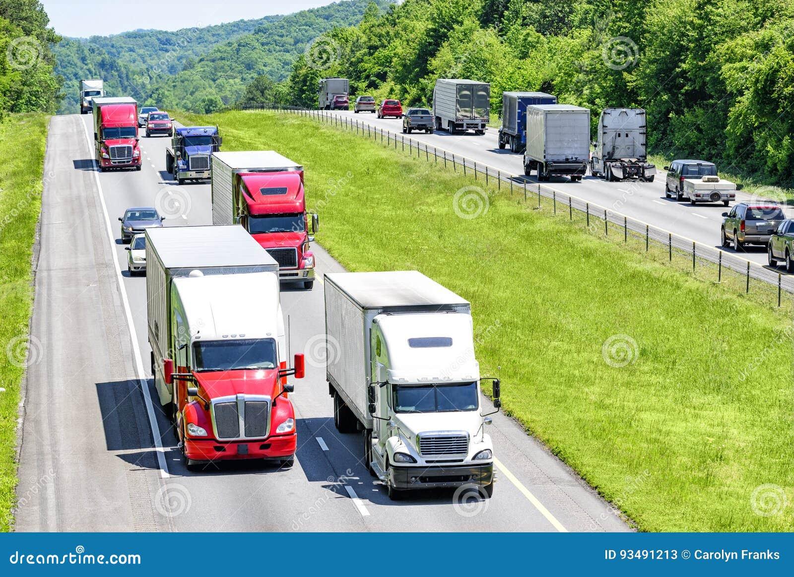 Ett tungt flöde av 18 person som drar en skottkärra pepprade med bilar, och SUVs rullar ner Tennessee en mellanstatlig huvudväg