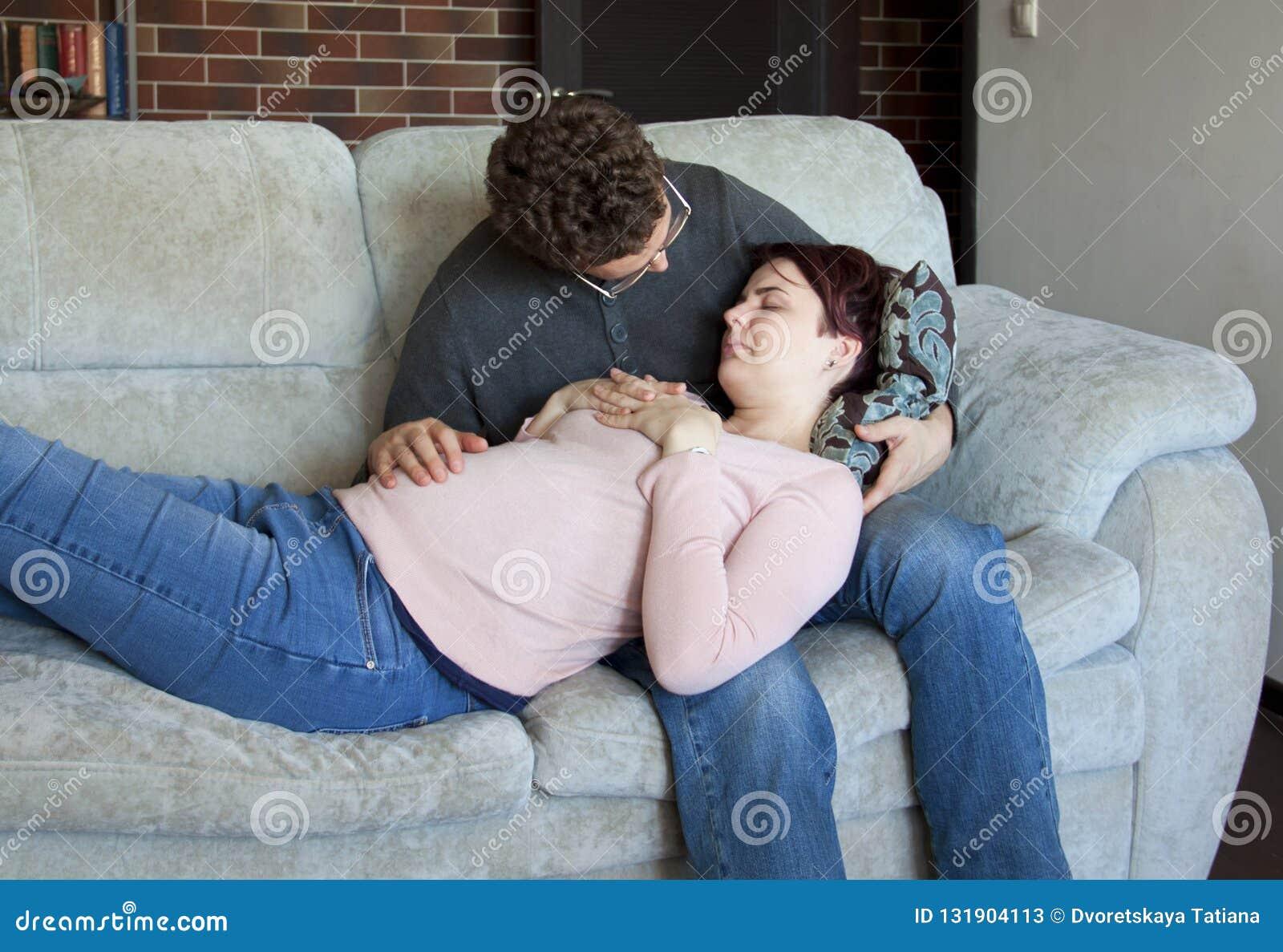 Ett ungt par är att förvänta att behandla som ett barn