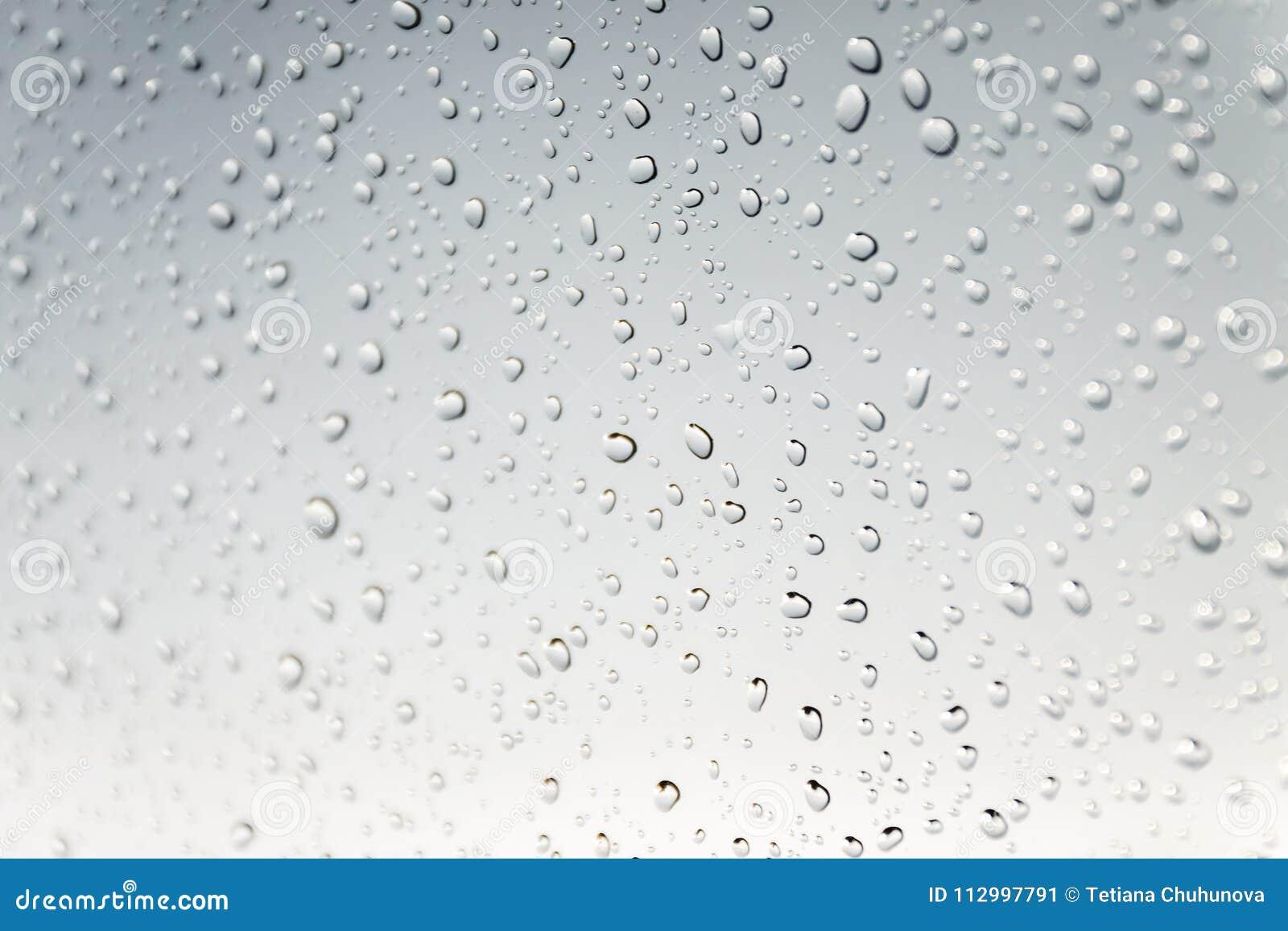 Ett vatten tappar på grå bakgrund Makro