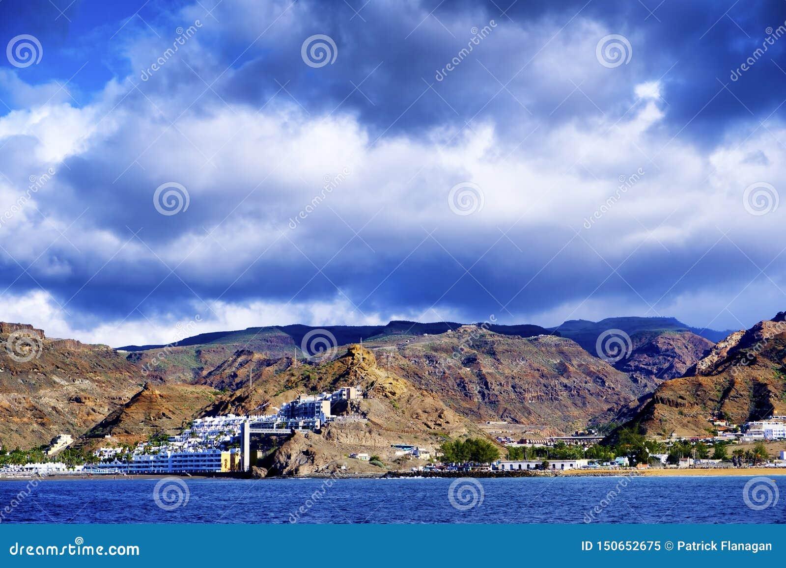 Ett vulkaniskt landskap från Gran Canaria från havet