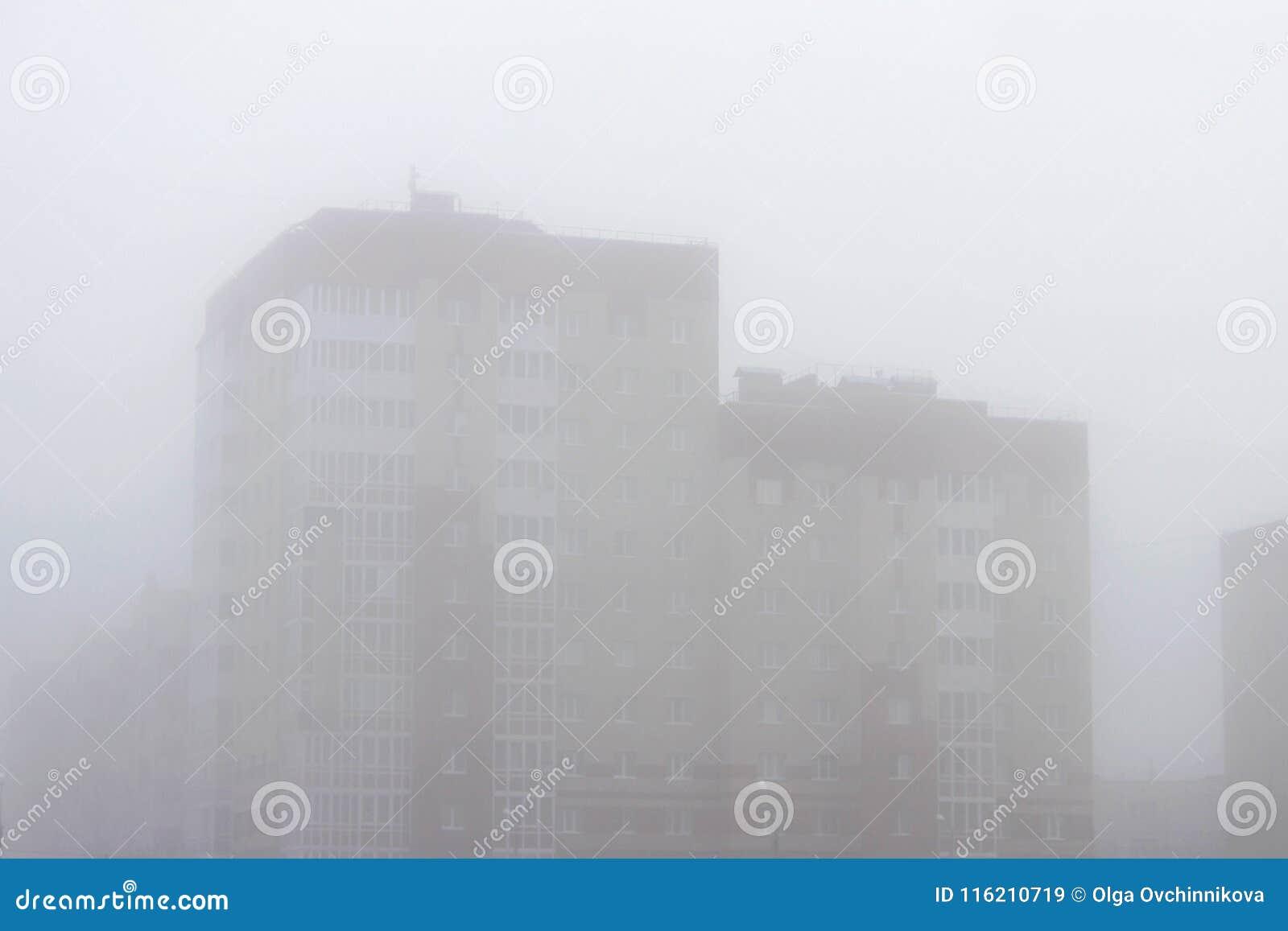 Ettvåning stadshus i en dimma tidigt på morgonen på våren