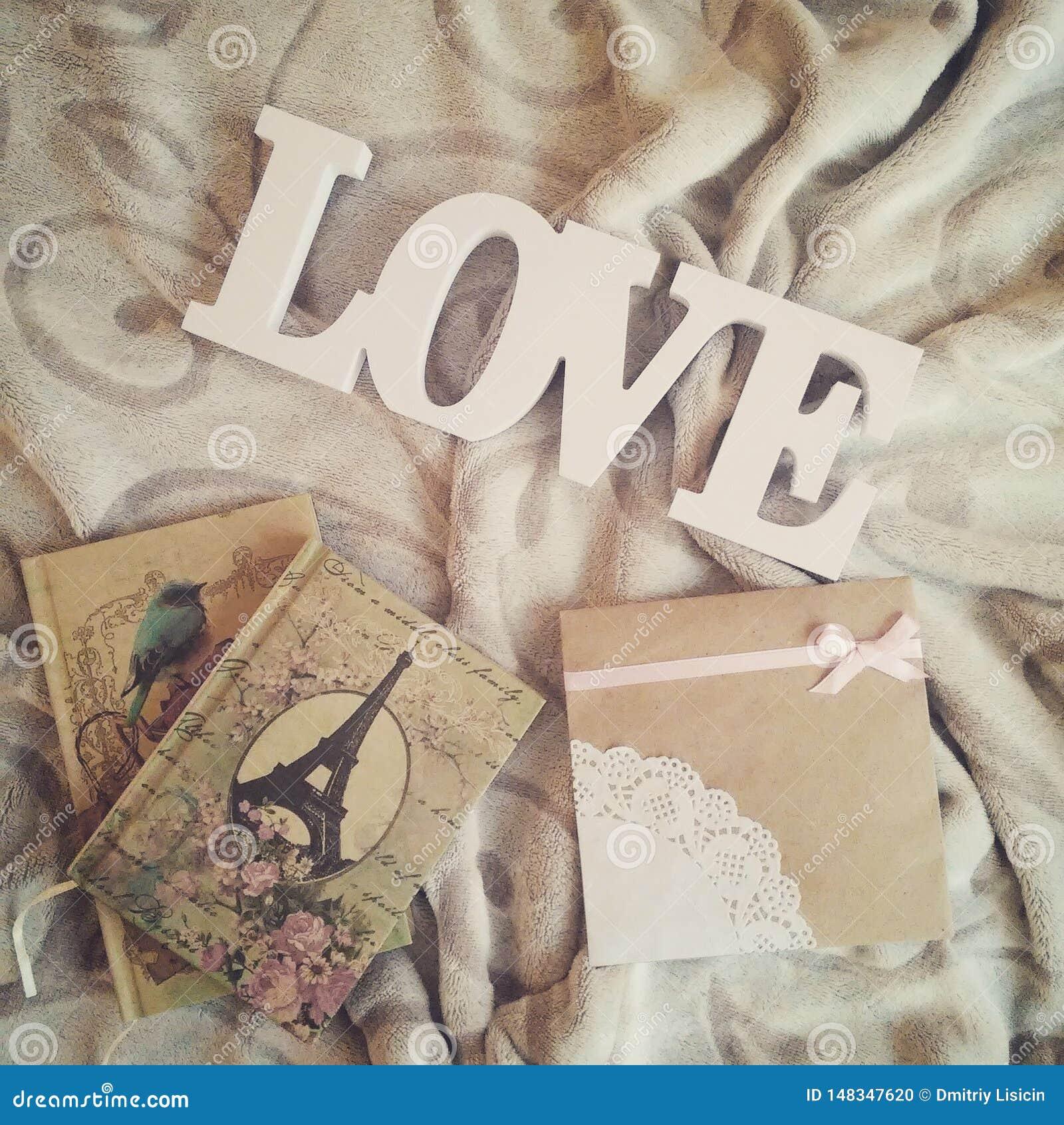 Eu amo a inscrição em um fundo bonito com cadernos