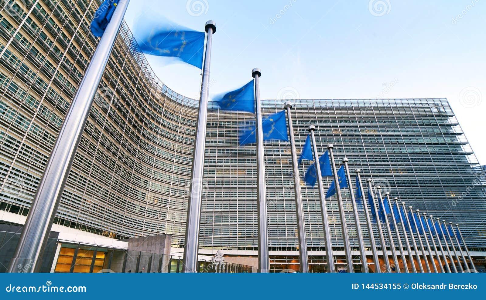 EU-Flaggen der Europäischen Gemeinschaft, die vor dem Berlaymont-Gebäude, Hauptsitze der Europäischen Kommission in Brüssel welle