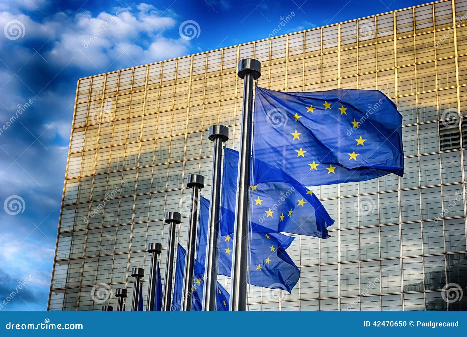 EU-Flaggen vor Gebäude der Europäischen Kommission