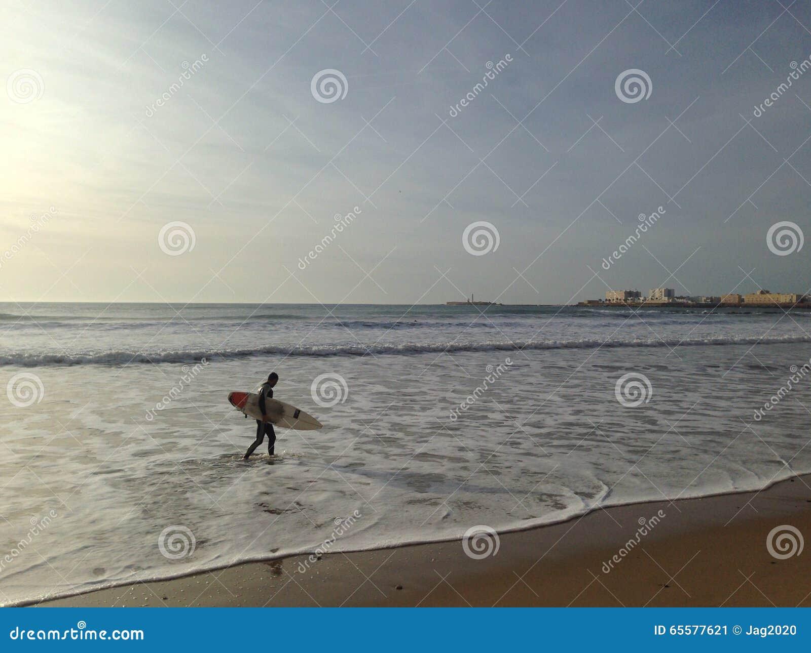 Eu surfo fora do mar