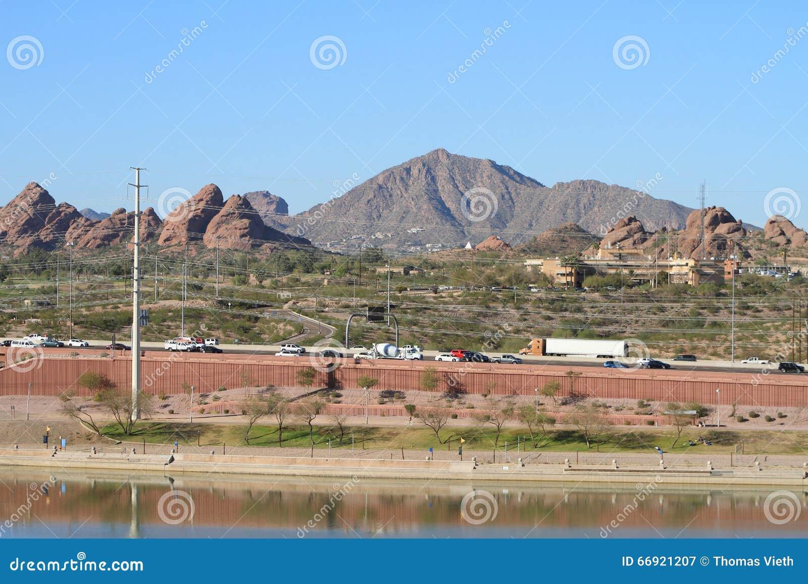 EUA, o Arizona/Tempe: Vista através do parque de Papago à montanha do Camelback