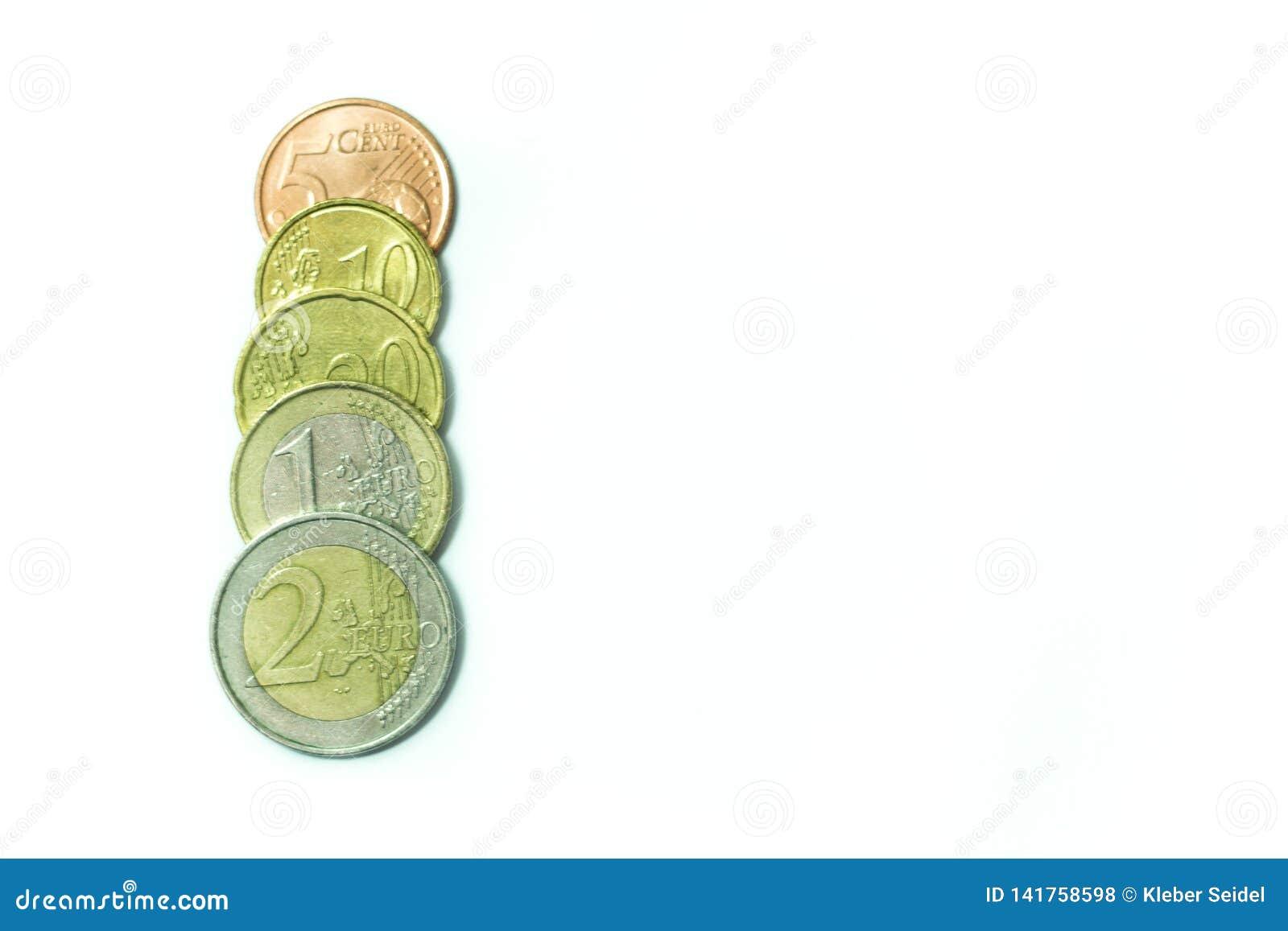 Euro bankbiljetten en muntstukken op een witte achtergrond