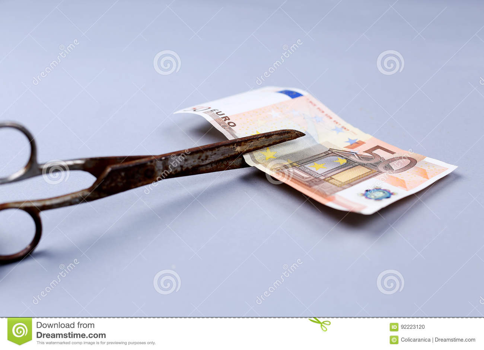 Euro banknot i nożyce