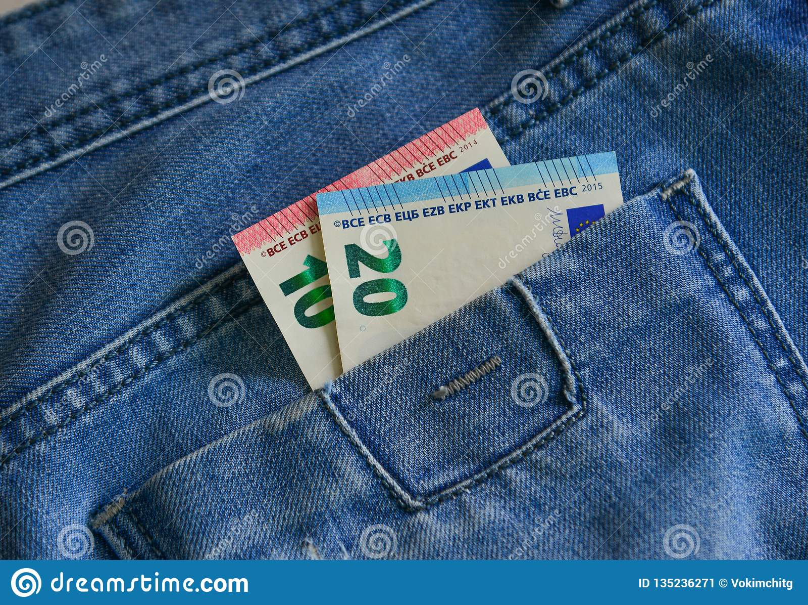 Euro banknoty EUR na kieszeni