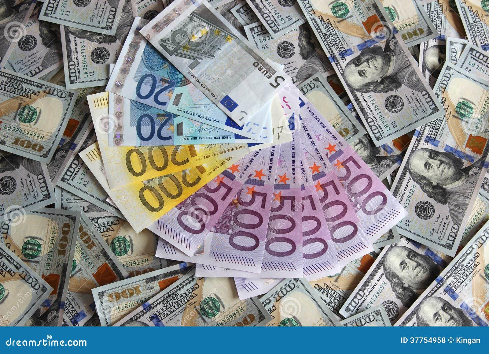 euro billets de banque sur un fond de cent dollars de billets de banque photos libres de droits. Black Bedroom Furniture Sets. Home Design Ideas