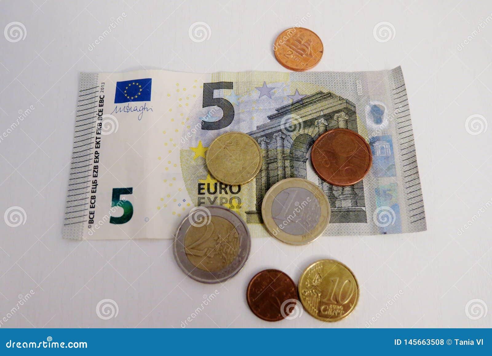 Euro cinco y un penique en un primer blanco del fondo